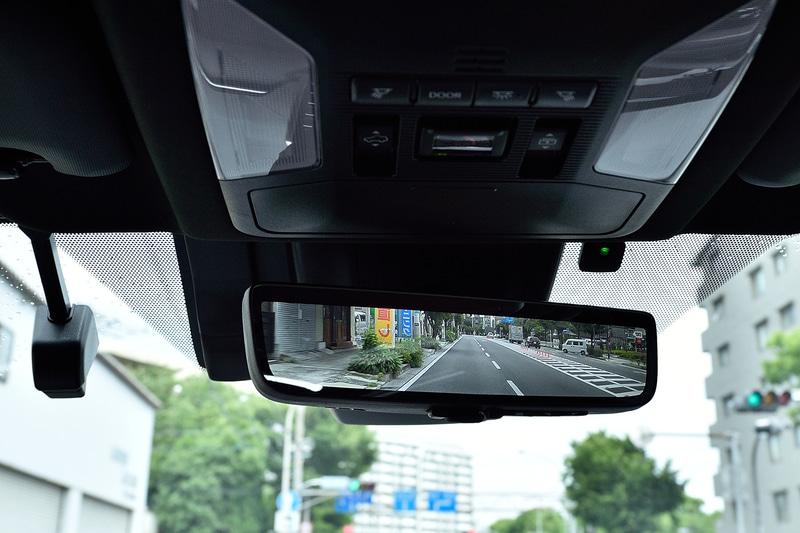 車両後方カメラの映像をインナーミラー内のディスプレイに表示できる「デジタルインナーミラー」をS以外のモデルに標準装備。さらに、走行中の前後方カメラ映像をデジタルインナーミラーに挿入されたSDカードに録画することも可能