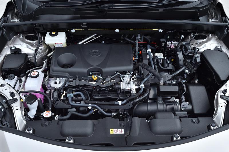 ハイブリッドモデルは最高出力131kW(178PS)/5700rpm、最大トルク221Nm(22.5kgfm)/3600-5200rpmを発生する直列4気筒2.5リッター直噴「A25A-FXS」型エンジンと、最高出力88kW(120PS)、最大トルク202Nm(20.6kgfm)を発生する「3NM」型モーターをフロントに搭載。4WDのE-Fourモデルではリアに最高出力40kW(54PS)、最大トルク121Nm(12.3kgfm)を発生する「4NM」型モーターが追加される。システム最高出力は2WDモデルが160kW(218PS)、E-Fourモデルが163kW(222PS)