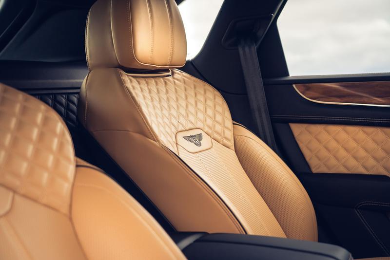 新型ベンテイガのシートはすべて一新され、特にショルダー部を中心に彫刻的な形状となり、業界が認めたシートの快適性の基準をさらに上まわる快適性を実現した