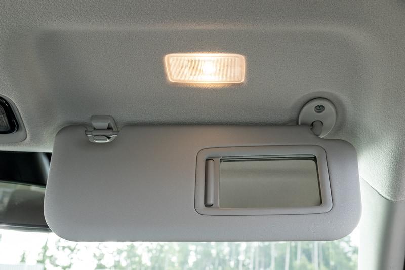 運転席、助手席ともサンバイザー裏にバニティミラーを装備。照明も付く