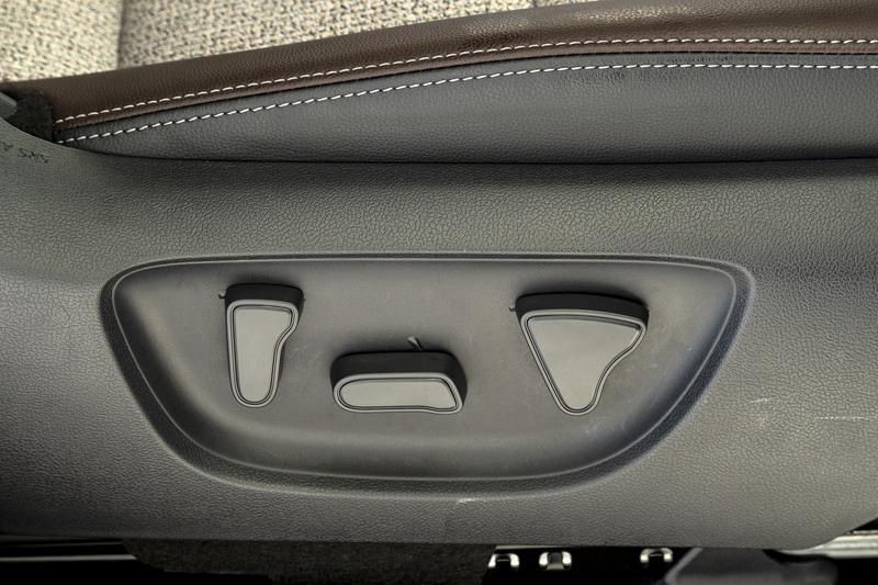 電動パワーシートを用意。スイッチはちょっと独特な形状で右が前後スライド、中央がハイトアジャスト、左がリクライニング