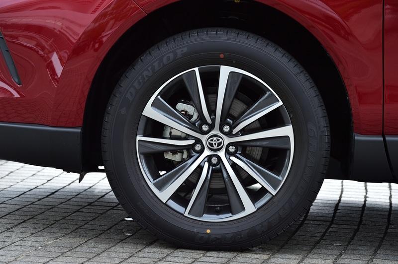 写真は新型ハリアー「G」のハイブリッド4WD(E-Fore)モデル。価格は422万円。ボディサイズは4740×1855×1660mm(全長×全幅×全高)、ホイールベースは2690mm。18インチの切削光輝+ダークグレーメタリック塗装のアルミホイールに装着するタイヤは、225/60R18サイズのダンロップ「グラントレック PT30」
