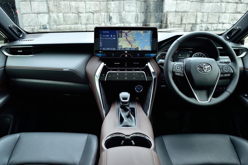 ハリアーの高級感漂う内装。グレードによってブラック、ブラウン、グレーから内装色を選べる。撮影車は12.3インチのディスプレイを持つT-Connect SDナビゲーションシステム+JBLサウンドシステムを装着