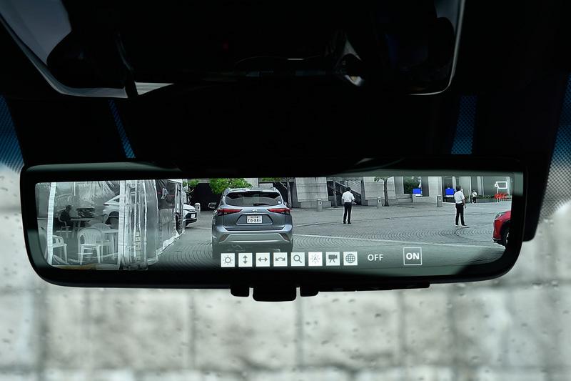 新型ハリアーに搭載されるデジタルインナーミラーは鏡面ミラーとワンタッチで切り替えが可能。ミラー下部にあるスイッチで設定の変更ができる
