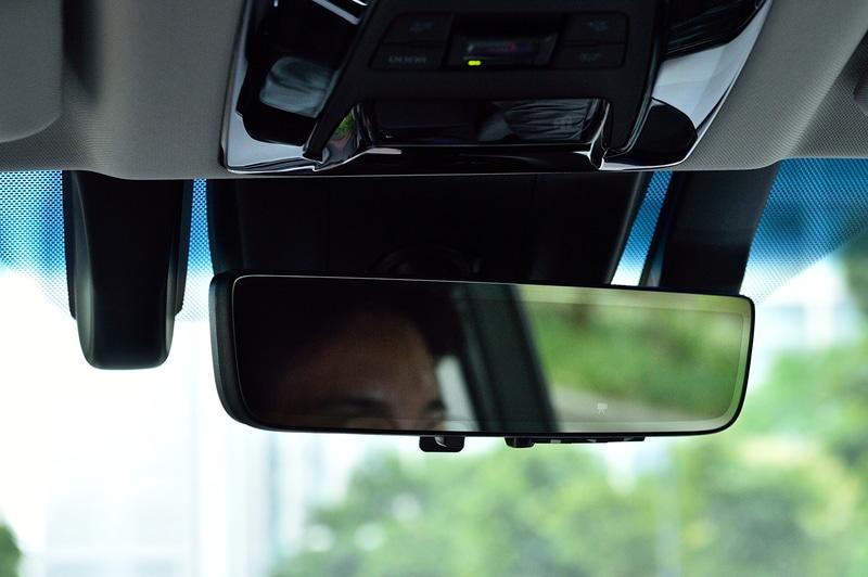 鏡面ミラーの位置でデジタルミラーモードにすると見づらさを感じることがあるため、ミラー本体の位置を体と正対させるように大きく向きを変えると、見やすさが上がる