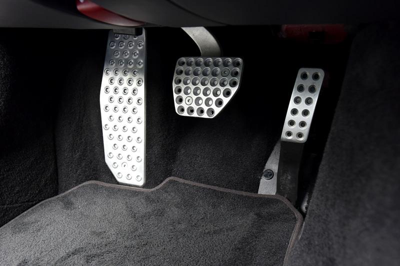 先進的なデザインのインパネや人間工学的に優れた形状のシートを採用する812 スーパーファストのインテリア