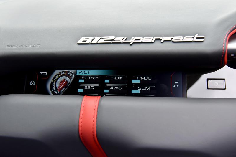 """助手席前にも液晶モニターが備わり、ドライブモード""""マネッティーノ""""のセッティング状況が見られる"""