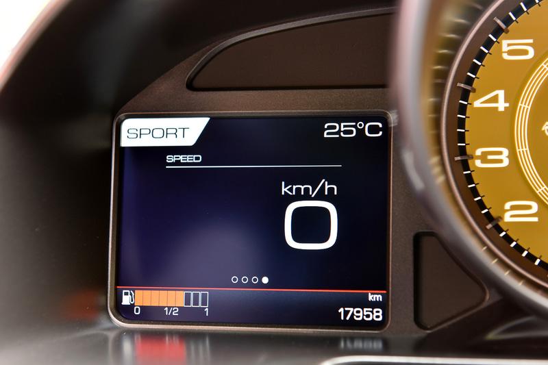 メーター表示例。タイヤ空気圧やバッテリー電圧、水温/油温などの確認が可能