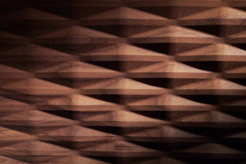 3Dウッドリアドアトリムは1枚の木材から手作業で仕上げられている