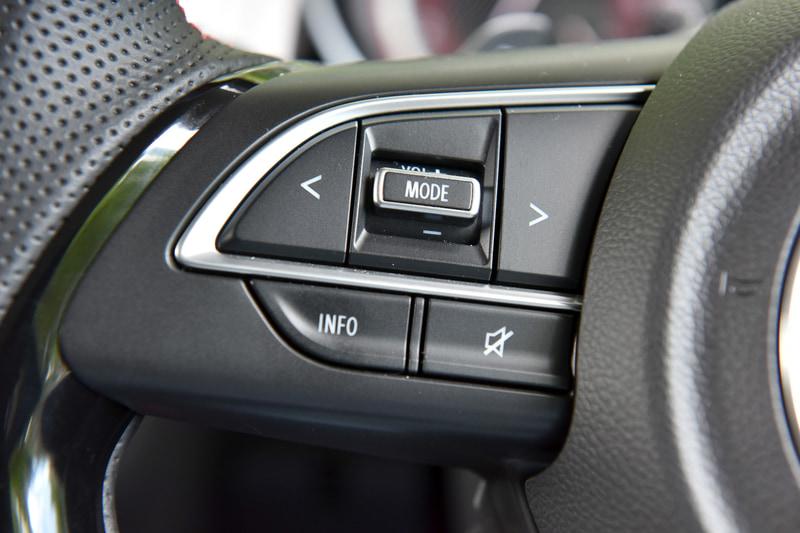 ステアリング左側はオーディオの操作ボタン