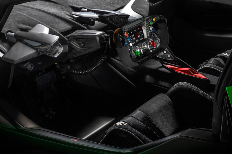 Essenza SCV12の室内。F1ステアリングに着想を得たディスプレイ付マルチファンクション・ステアリング、特製OMPシートなどを装着