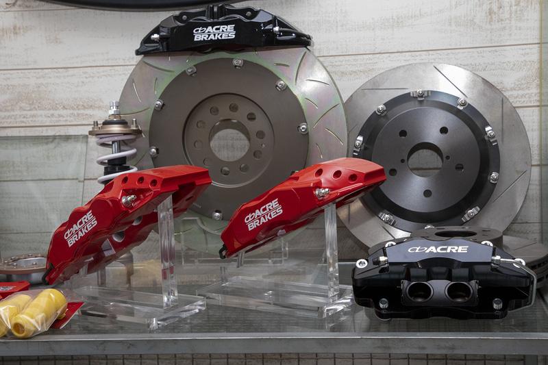ローターの大径化やインセット変更もできるので、キャリパーブラケットの製作も依頼すれば大型キャリパーも製作可能。アクレはオリジナル設計の大型キャリパーもラインアップしている