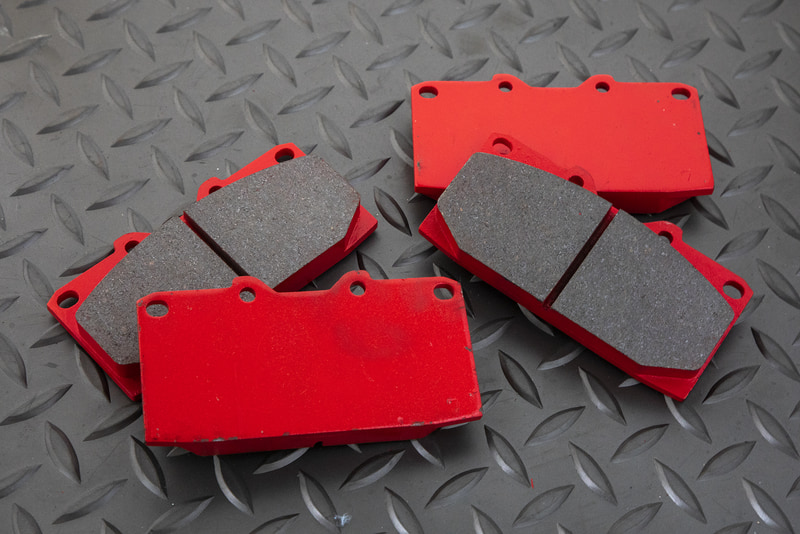 ブレーキパッドは座金が残っていれば、そこに新しい摩材を貼ることでリペアパーツとして使用できる。このサービスも行なっているが、こちらは1台分でも受け付けできるとのこと。詳細はアクレに問い合わせていただきたい