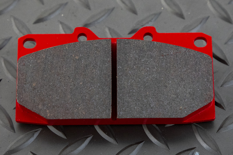 摩材のセンターのある溝は削りカスのクリーニング用に切ってあるもの。ディスクローターに入れるスリットは摩材表面にカンナを掛けるような効果を持たせることで酸化した部分を積極的に取り除き、パッドの性能を発揮しやすい状態に保つ効果がある