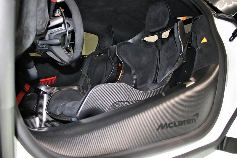 インテリアではフルバケットのスーパーライトウエイトカーボンファイバーレーシングシートなどを採用