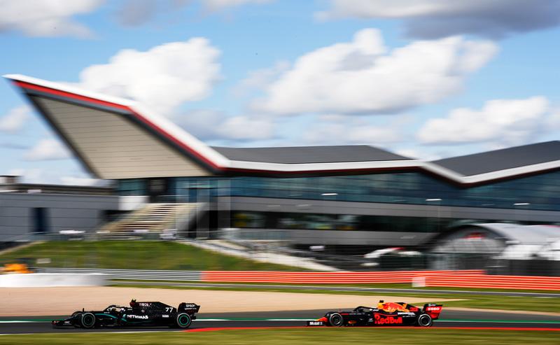2位を走るメルセデスのバルテリ・ボッタス選手(77号車 メルセデス)を追い上げるマックス・フェルスタッペン選手(33号車 レッドブル・ホンダ) (c)Getty Images / Red Bull Content Pool