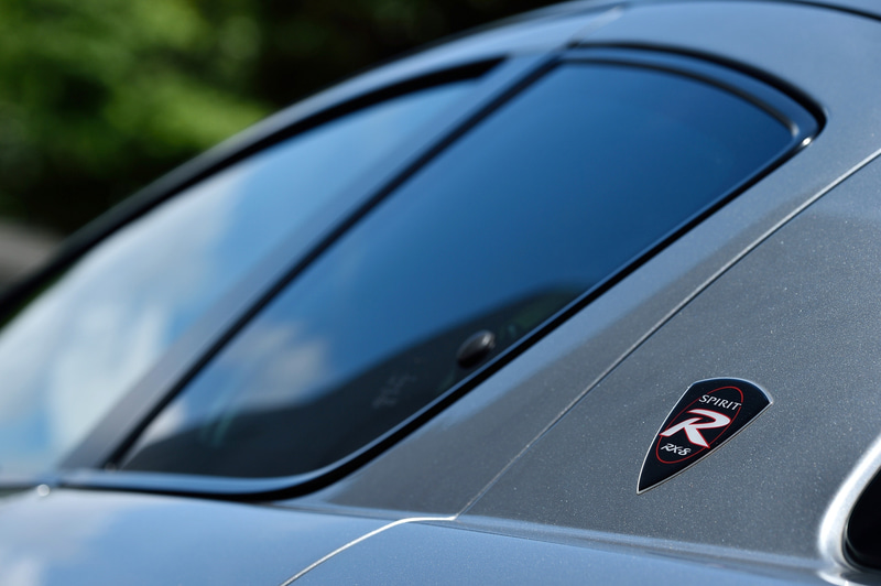 RX-8の最終限定モデル「SPIRIT R」のボディサイズは4470×1770×1340mm(全長×全幅×全高)で、車両重量は1350kg。ボディカラーはアルミニウムメタリック