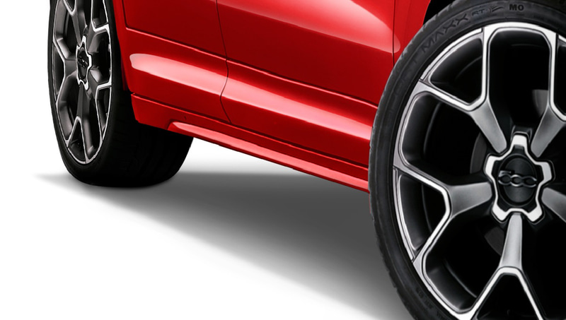 大開口のロアインテークを持つスポーツフロントバンパーをはじめ、ボディ同色サイドスカート、スポーツリアバンパーといった装備を採用