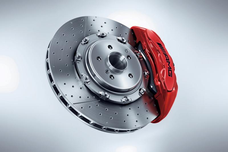 GT/GTロードスターにベンチレーテッド式ドリルドディスク(ディスク径:390mm)を備える強化コンポジットブレーキシステムを採用