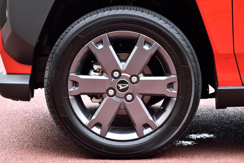 撮影車両はタフト Gターボ(2WD)。価格は160万6000円。ボディカラーは鮮やかな「コンパーノレッド」。ボディサイズは3395×1475×1630mm(全長×全幅×全高)で、ホイールベースは2460mm。最低地上高は190mm、アプローチアングルは27度、デパーチャーアングルは58度をしっかり確保。タイヤは横浜ゴム「BluEarth-FE AE30」の165/65R15サイズを採用。ターボGではアルミホイールがガンメタリック塗装となる