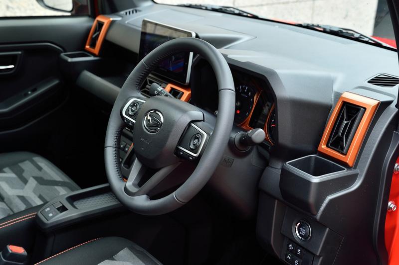 タフト Gターボの車内。エアコンの吹き出し口などにオレンジのパネルを装着。シートカラーは前席がブラック、後席がグレーに分けられている