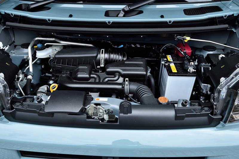 自然吸気モデルは最高出力38kW(52PS)/6900rpm、最大トルク60Nm(6.1kgfm)/3600rpmを発生する直列3気筒DOHC 0.66リッターエンジンを搭載。トランスミッションはコストアップや重量増を避けるため、D-CVTではない従来からのCVTが用いられる