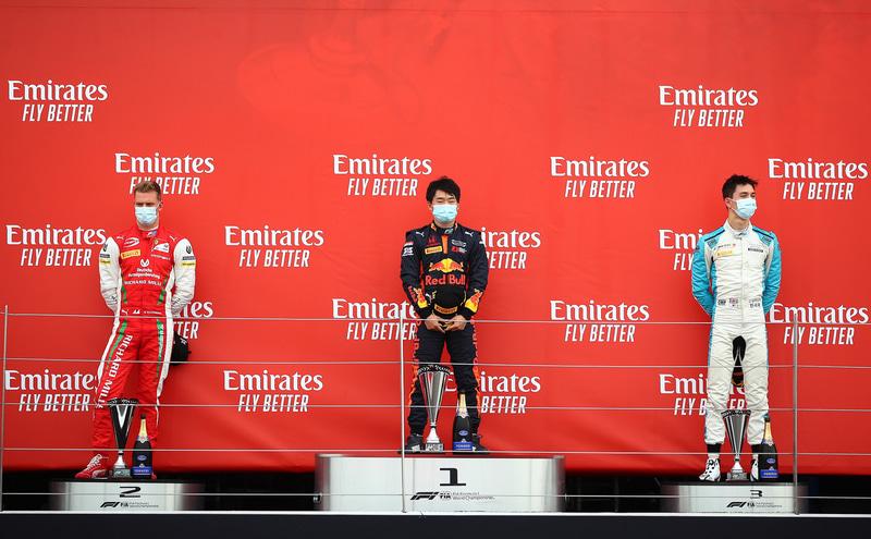 表彰台の中央に立つ角田裕毅選手 (c)Formula Motorsport Limited