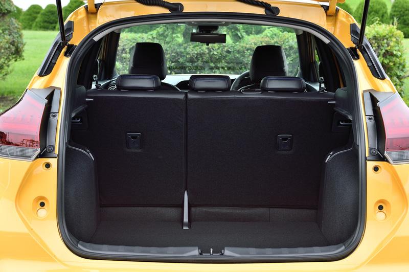 荷室容量はクラストップレベルで大型のスーツケースなら2つ、9インチのゴルフバッグも3つまで積載できる
