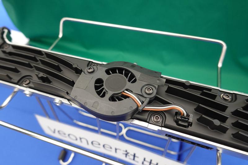 FPGAの発熱対策のためか、アクティブファン形式になった。高機能化の証でもある