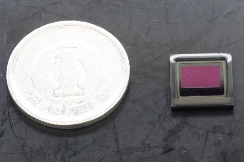 オン・セミコンダクターの2.3Mイメージセンサー「AR0231」(右)。左は1円玉