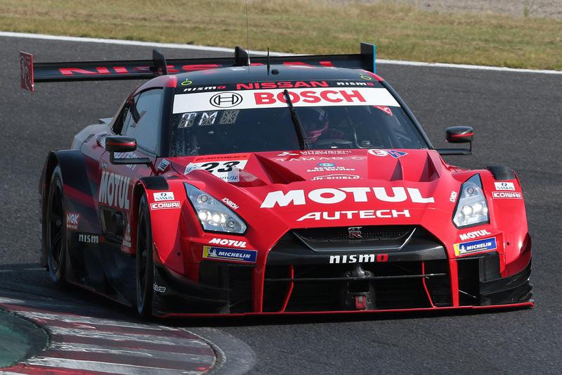 フロントローからスタートする予選2位の23号車 MOTUL AUTECH GT-R(松田次生/ロニー・クインタレッリ組、BS)