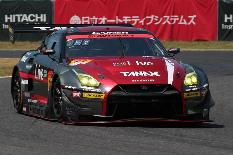 GT300クラスの優勝は11号車 GAINER TANAX GT-R(平中克幸/安田裕信組、DL)。シリーズランキングでもトップに