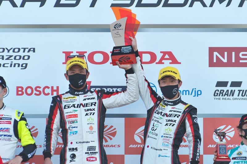 GT300クラスを優勝した平中克幸選手(左)と安田裕信選手(右)