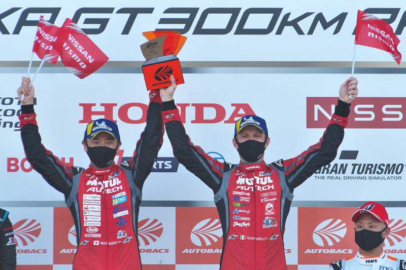 GT500クラスを優勝した松田次生選手(左)とロニー・クインタレッリ選手(右)