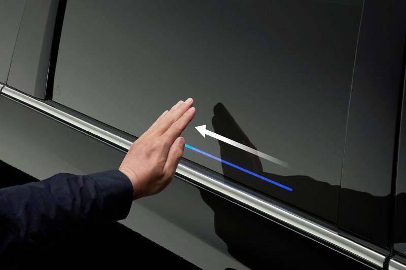 車両に触れずパワースライドドアを開閉できる「ジェスチャーコントロール・パワースライドドア」を日本初採用