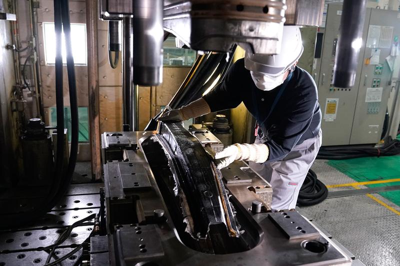 CFRP(炭素繊維強化プラスチック)部品の量産化技術を開発