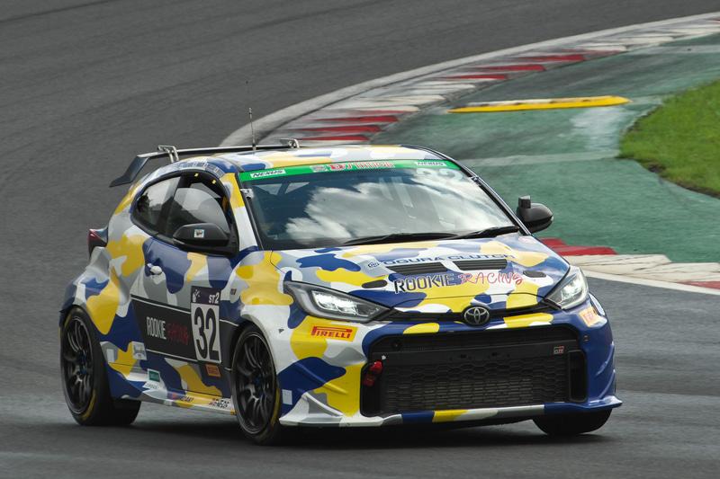ST-2クラス優勝 32号車 ROOKIE Racing GR YARIS(井口卓人、佐々木雅弘、MORIZO、勝田範彦、石浦宏明組)