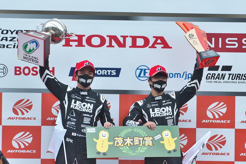 優勝した蒲生尚弥選手(左)と菅波冬悟選手(右)