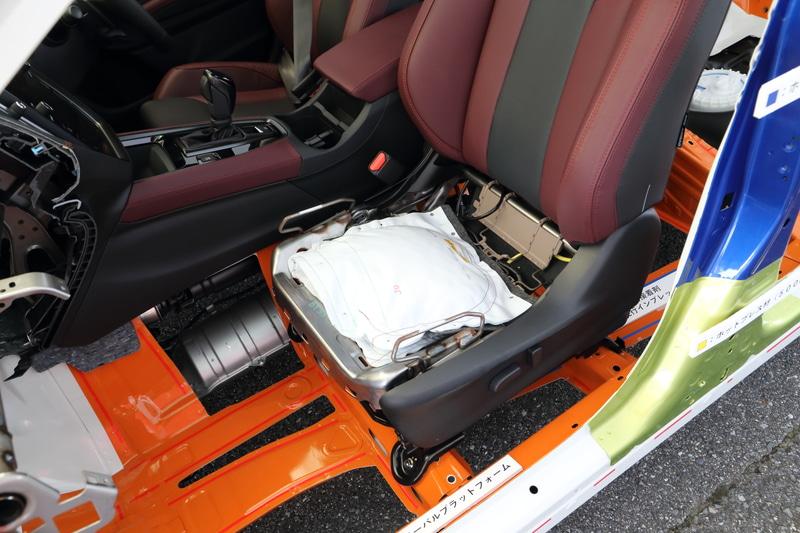 高張力鋼板の適用範囲を拡大したほか、事故の際にシートベルトが緩んでしまわないようにするロッキングタングを追加。フロントには歩行者の脚部を保護するためのエネルギー吸収部材や、歩行者用エアバッグ、助手席乗員の下半身を早期に拘束するシートクッションエアバッグなども採用