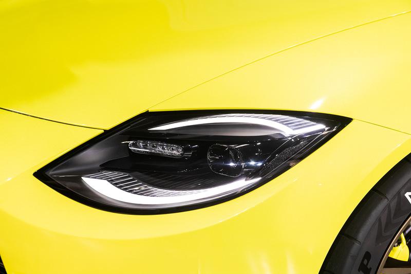 ヘッドライト。上下2分割のポジションランプは「240ZG」のヘッドライトカバーの写り込みをモチーフにしたデザイン