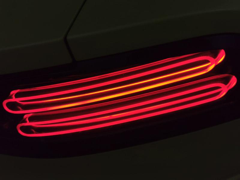 300ZXのテールランプのように横長の形状