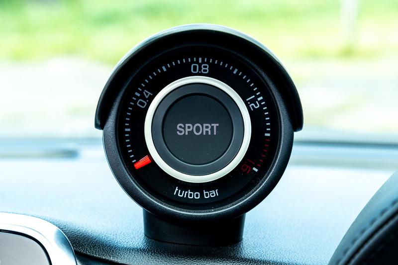 ブーストメーター。スポーツモードを選ぶと「SPORT」の文字が表われる