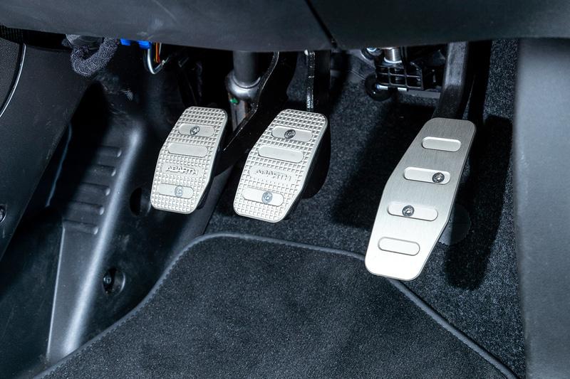試乗車のピスタは3ペダルの5速MT。通常の595Cでは選べない限定車ならではのモデル