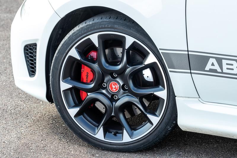 専用デザインの17インチアルミホイール、ブレーキはブレンボ製4ピストンキャリパーを装備する