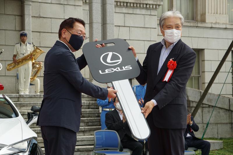 寄贈者の中村和男氏から福田富一栃木県知事へレプリカーキーが手渡された