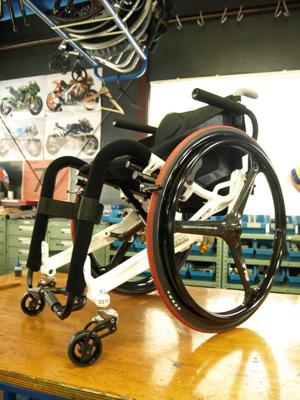日常の移動にはOXエンジニアリング製の折り畳み車いすを使っています