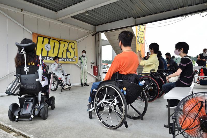 参加者はサーキット走行時の注意点などを座学で学ぶ。みな真剣な眼差しです