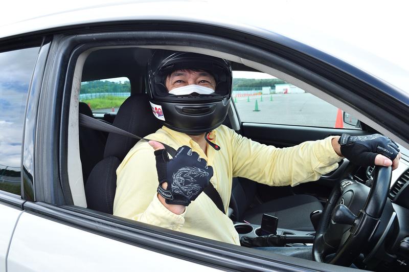 ドライビング時には長袖・長ズボンにヘルメットとグローブが必須。ヘルメットは事前に申請しておけばレンタルも可能。またグローブは自転車用のものでも大丈夫とのこと