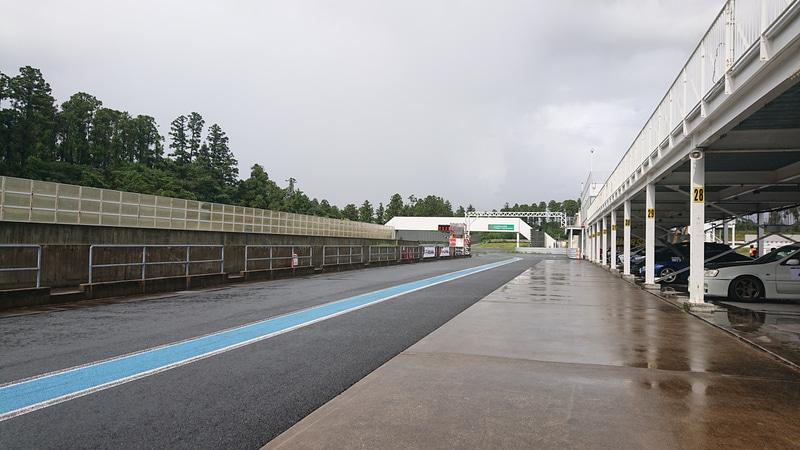 突然のゲリラ豪雨で、午前中とはうってかわってコースはウェットコンディションに