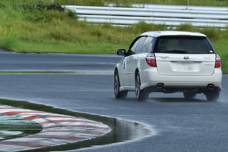 ところどころに残る水たまりを避けてドライブ
